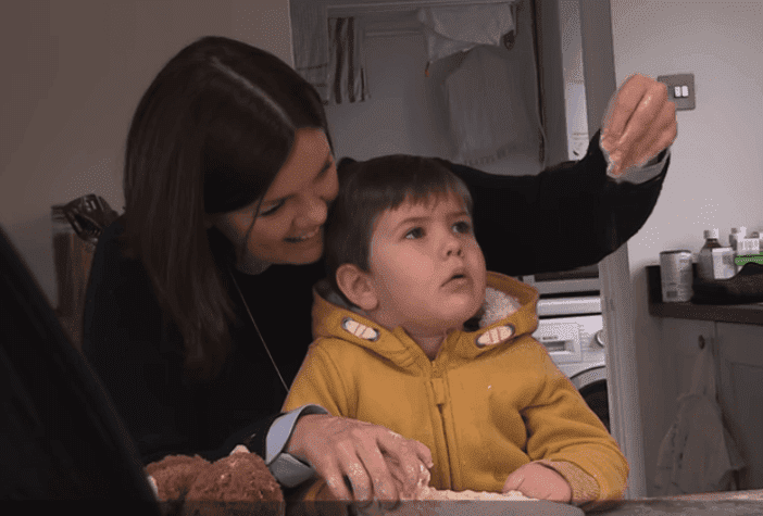 El pequeño George con su madre, Claire. Fuente: Youtube/The Dementia Strikes Children Too Campaign