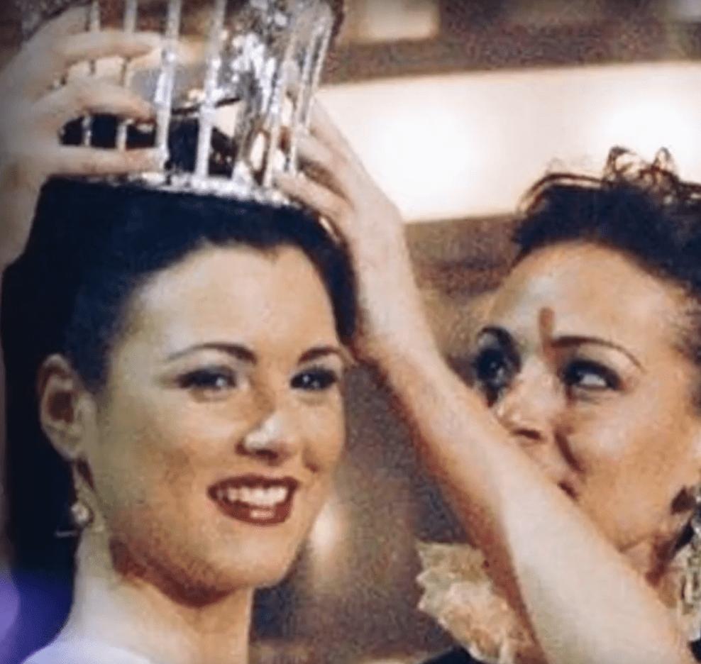 María Jesús Ruiz y Eva González  en Miss España 2004. | Imagen: YouTube/Estrella TV