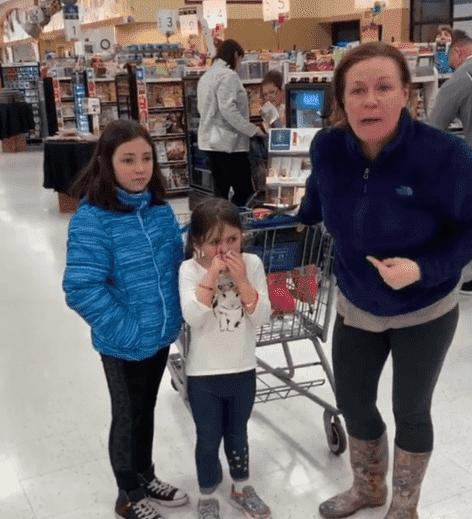Corrine Terrone grita a las víctimas con sus hijos asustados a su lado. | Fuente: Instagram/ki_clutch