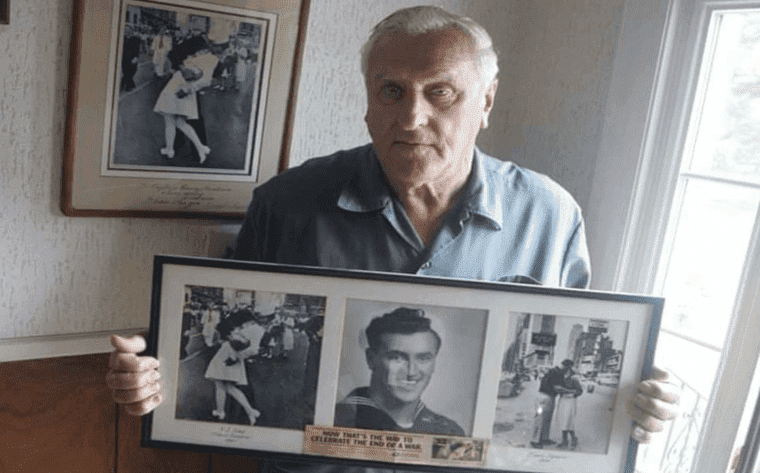 George Mendonsa holding a copy of the 'Kissing Sailor' photo   Photo: Getty Images