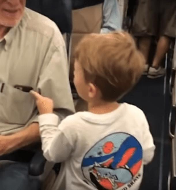Oliver salue les passagers. | Image : YouTube/Jane choem
