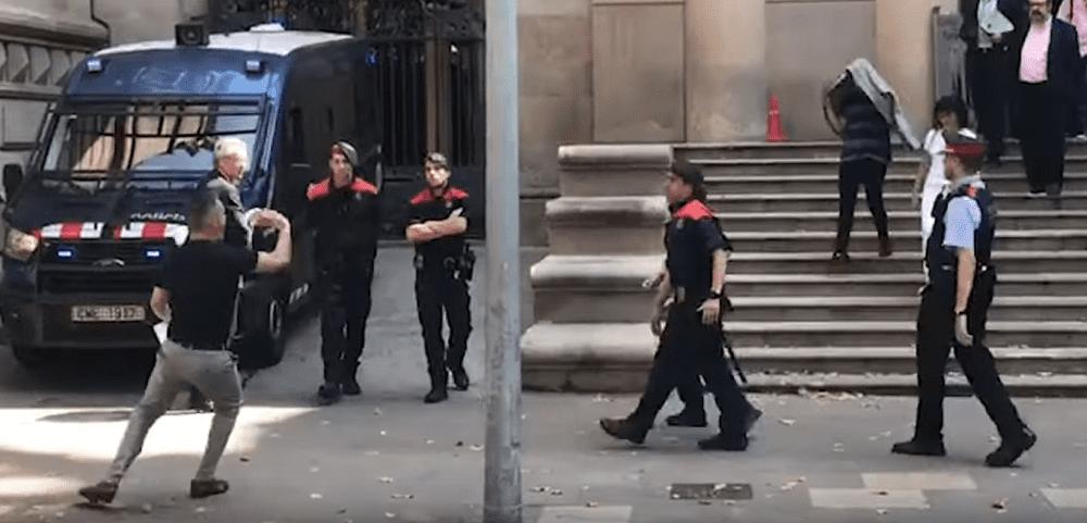 """Momento en que tío de la víctima de la """"Manada de Manresa"""" intenta agredir a uno de los acusados.   Imagen: YouTube/La Vanguardia"""