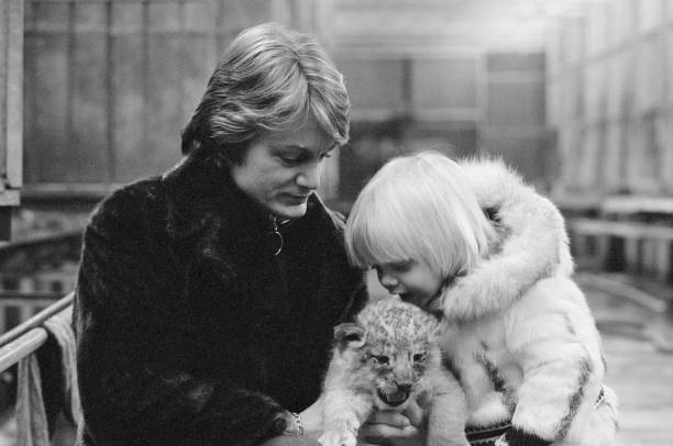 L'illustre chanteur Claude François avec son fils Claude François Junior au zoo de Thoiry | Sources : Getty Images