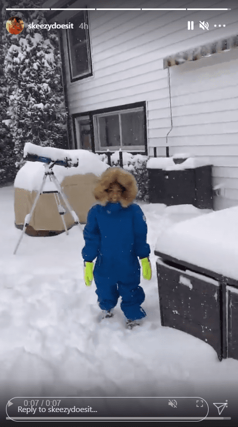 Whoopi Goldberg's great-granddaughter Charli Rose spends time in the snow wearing blue overalls. | Photo: Instagram/skeezydoesit