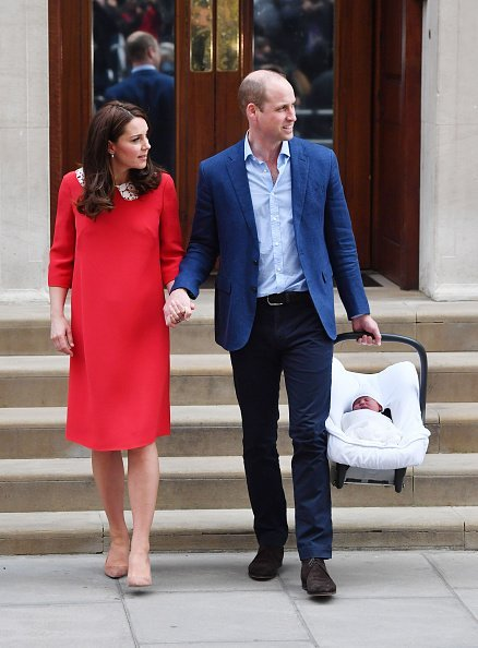 The Duke of Cambridge holds the hand of his wife, the Duchess of Cambridge, as he carries their newborn son from the Lindo Wing at St Mary's Hospital in Paddington, London. | Photo: Getty Images