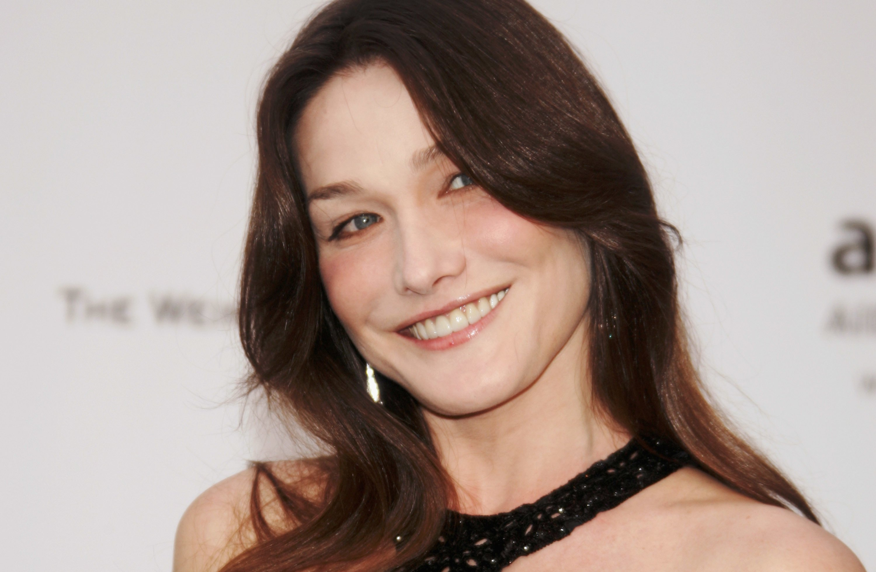 Carla Bruni arrive au Cinéma contre le sida 2007 au profit de l'amfAR au Moulin de Mougins à Cannes, France. | Photo : Getty Images