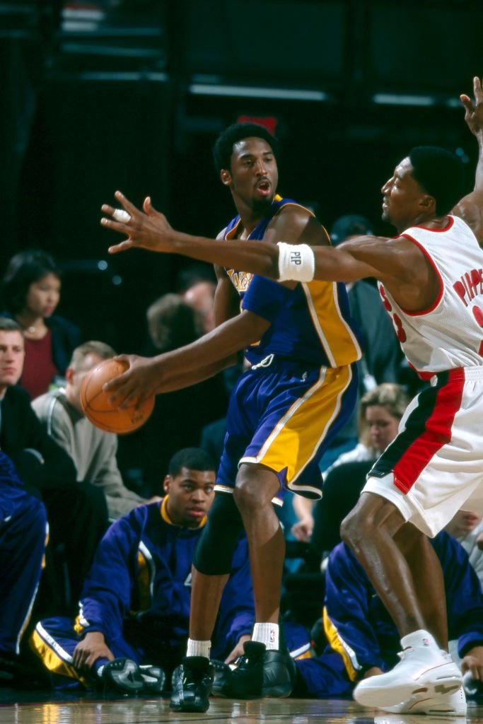Kobe Bryant (8) of the Los Angeles Lakers looks for an open man as Scottie Pippen (33) of the Portland Trail Blazers defends| Photo: Getty Images