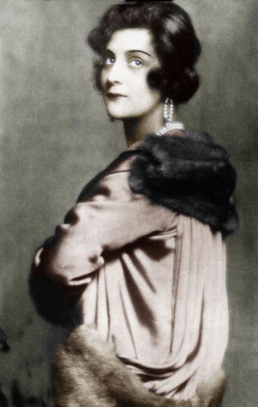 Gabrielle Chasnel llamada Coco Chanel (1883-1971), diseñadora de moda francesa, aquí en 1926 documento coloreado. | Fuente: Getty Images