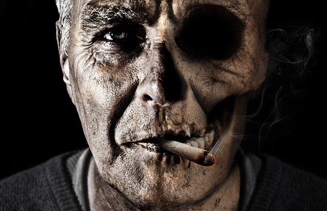 Persona enferma fumando cigarro. Fuente: Pixabay