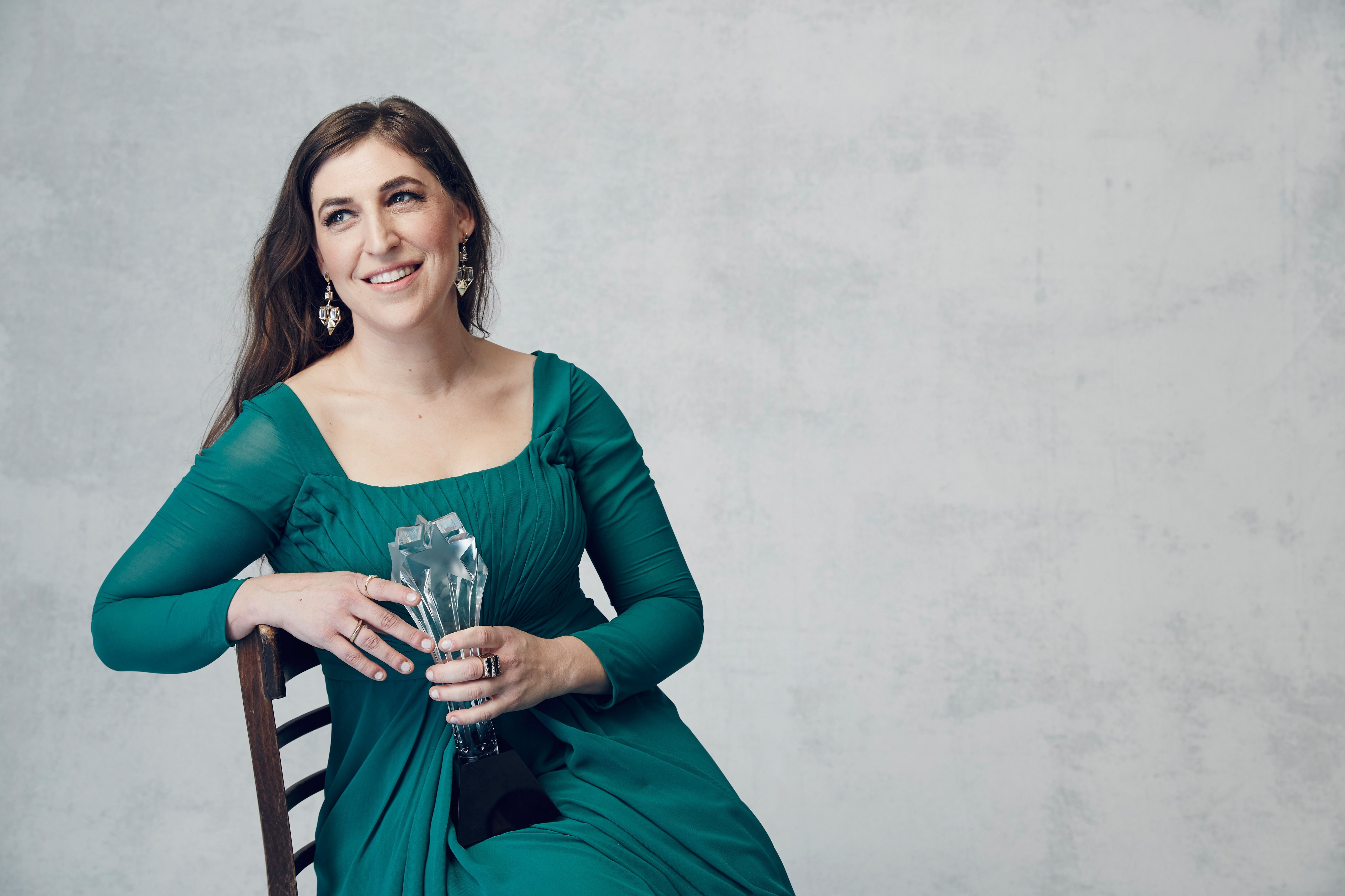 Mayim Bialik poses for a portrait during the 21st Annual Critics' Choice Awards on January 17, 2016, in Santa Monica, California | Photo: Smallz & Raskind/Getty Images