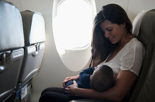 Stillende Mama auf Flug | Quelle: Getty Images