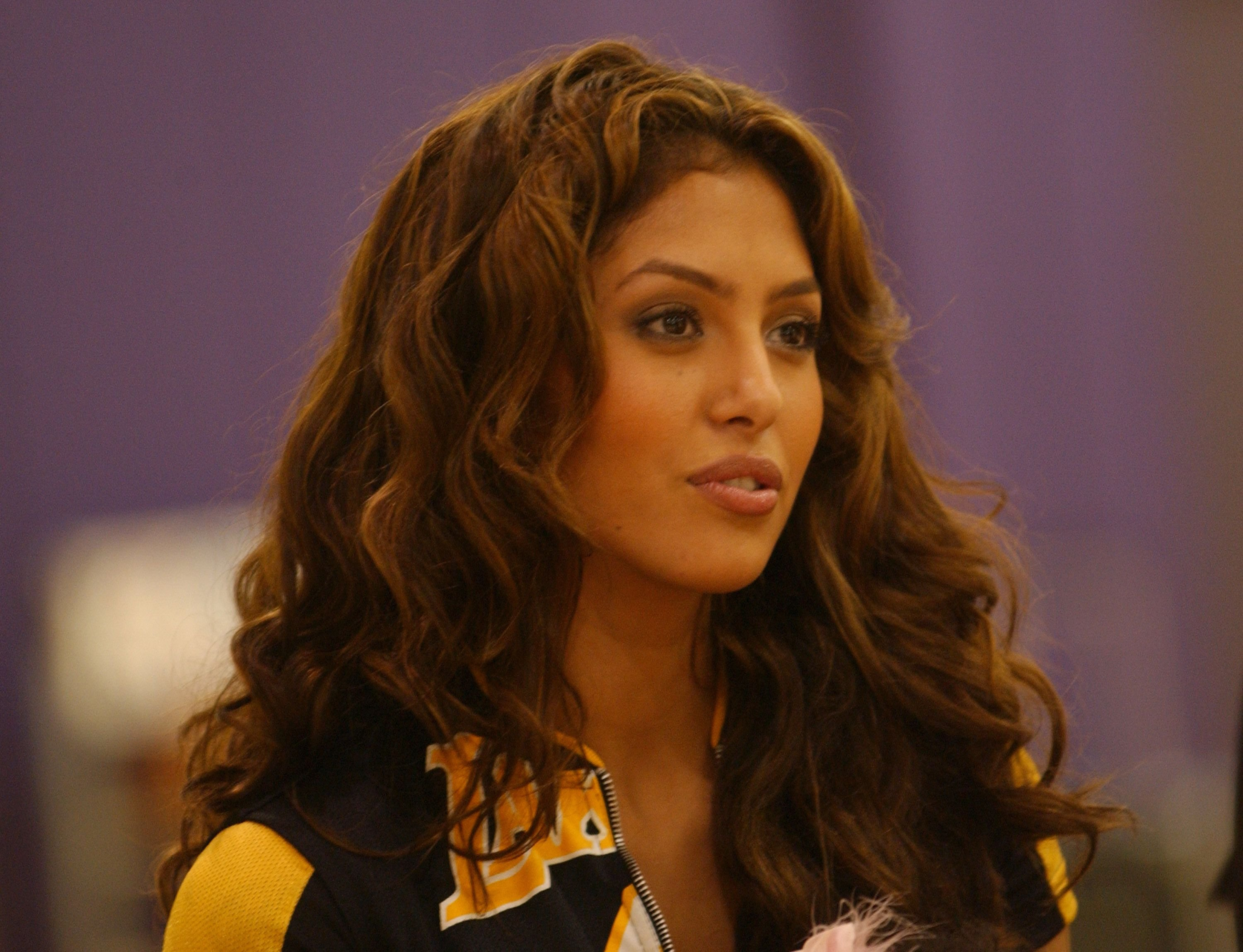 Vanessa Bryant listening to Kobe Bryant speak at a press conference on July 15, 2004 California. │Photo: Getty Images