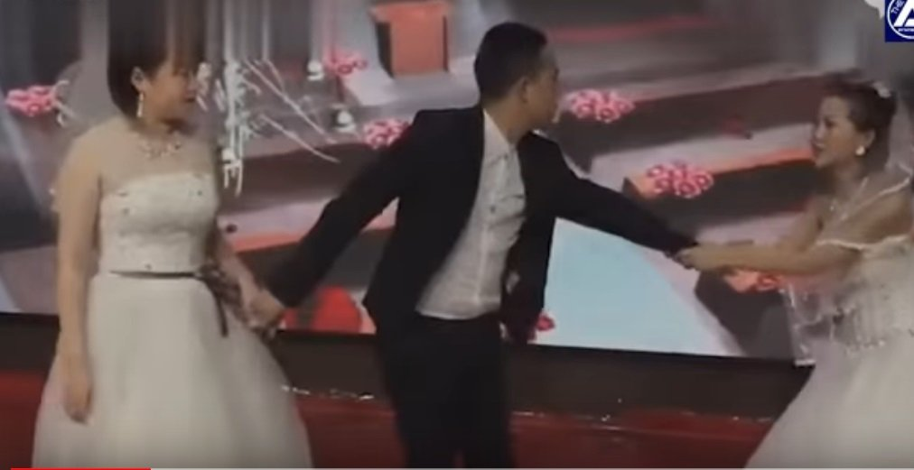 Novia suplica de rodillas a su ex en plena boda. | Foto: YouTube/The AIO Entertaiment