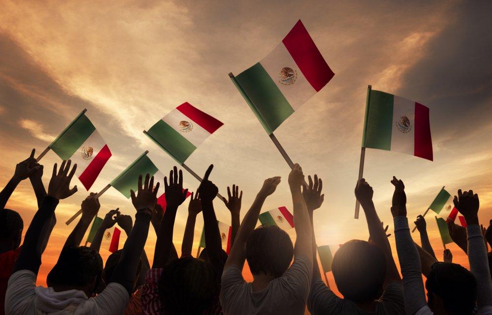 Grupo de personas con banderas mexicanas.| Fuente: Shutterstock