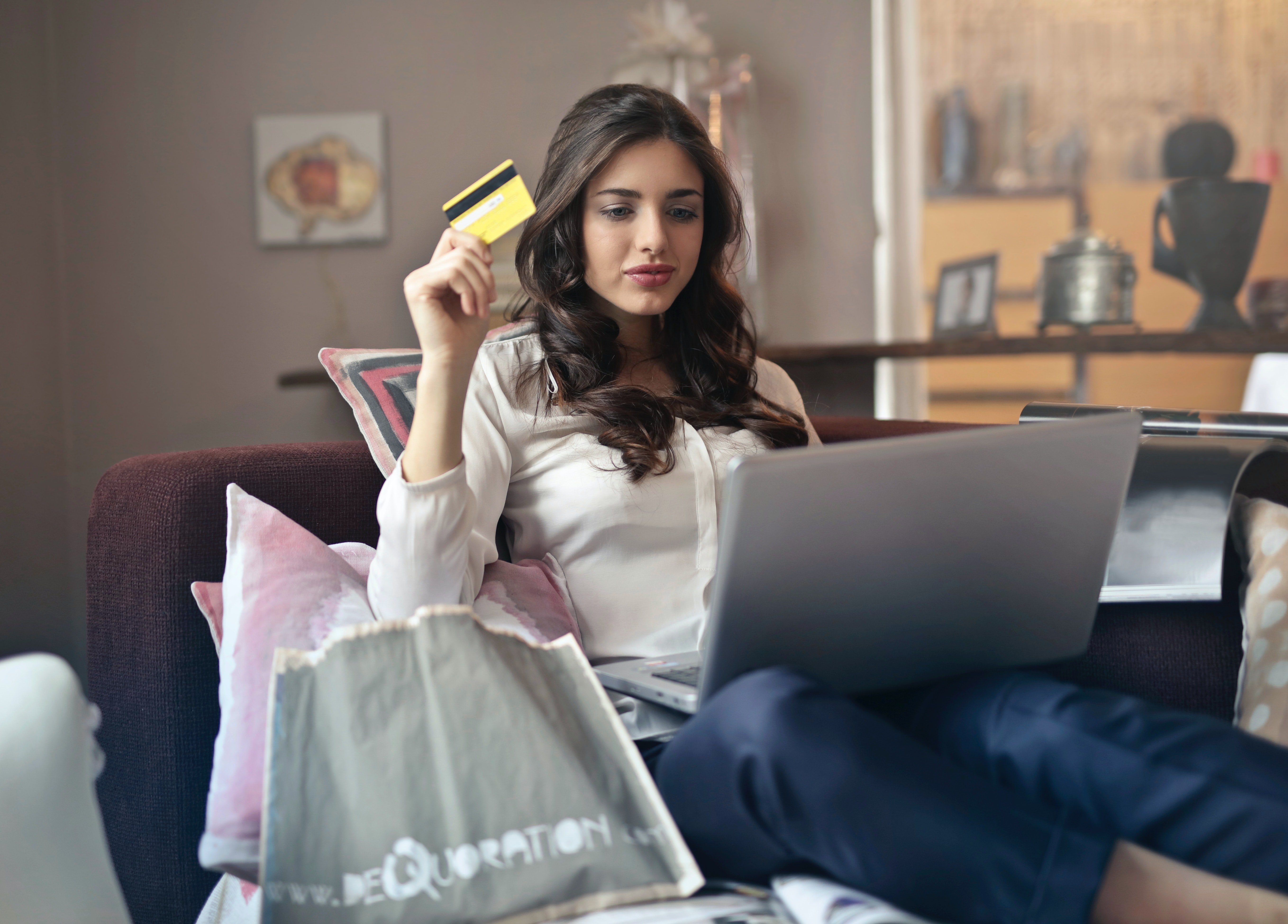 Woman holding credit card | Photo: Pexels