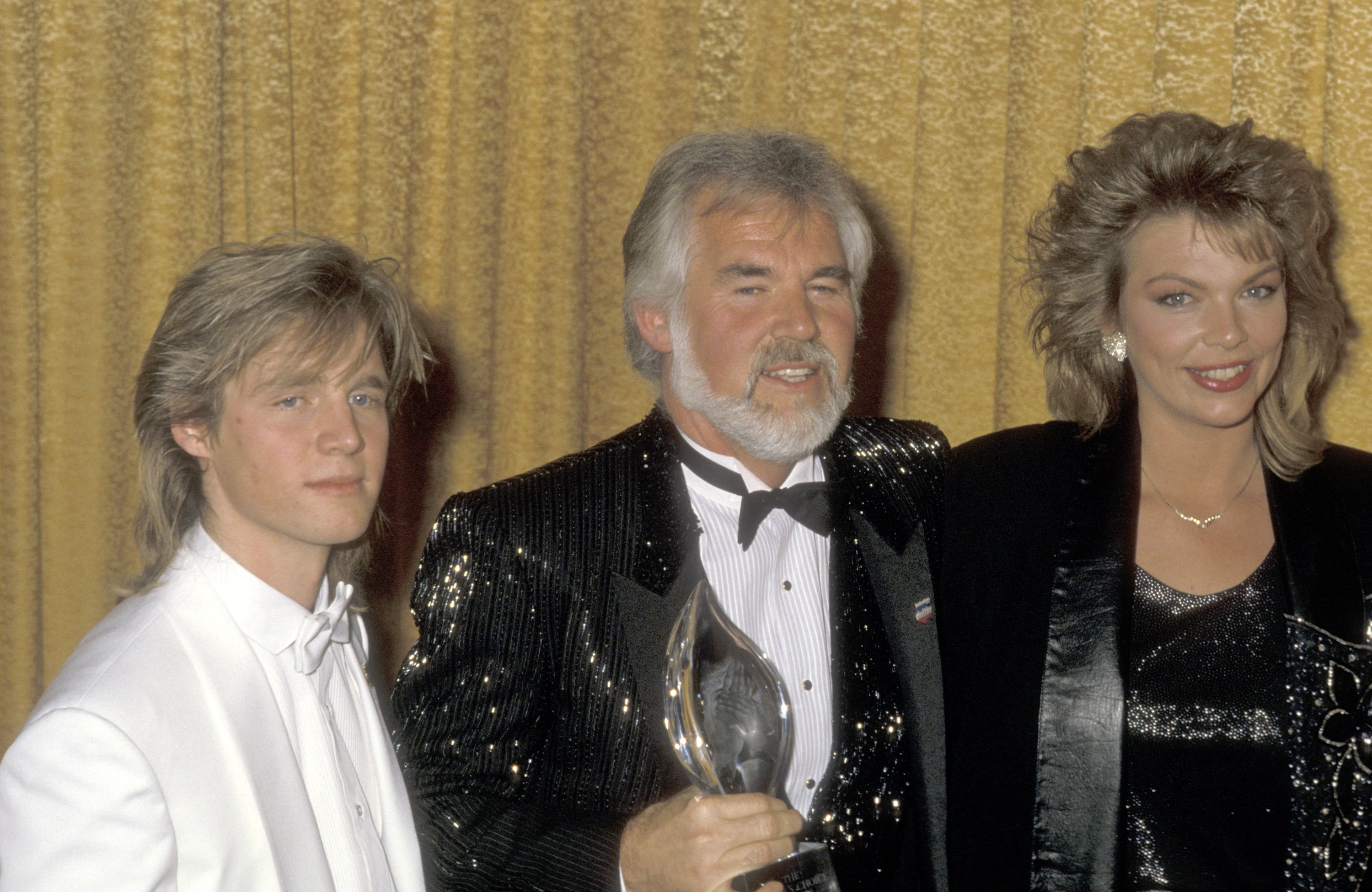 Kenny Rogers, son Kenny Rogers, Jr. and daughter Carole Rogers at the 12th Annual People's Choice Awards in 1986 | Source: Getty Images