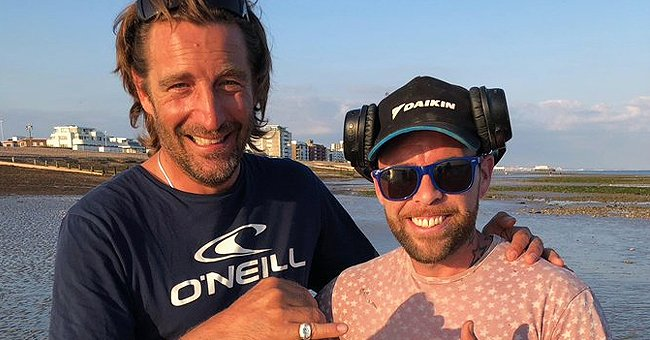 A man finds a missing ring with his metal detector and returns it to the grateful owner   Photo:: Twitter/jenniferl0gan