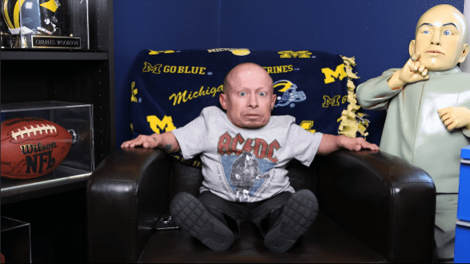 Verne Troyer in a YouTube video posted on March 28, 2018 | Photo: YouTube.com/Verne Troyer