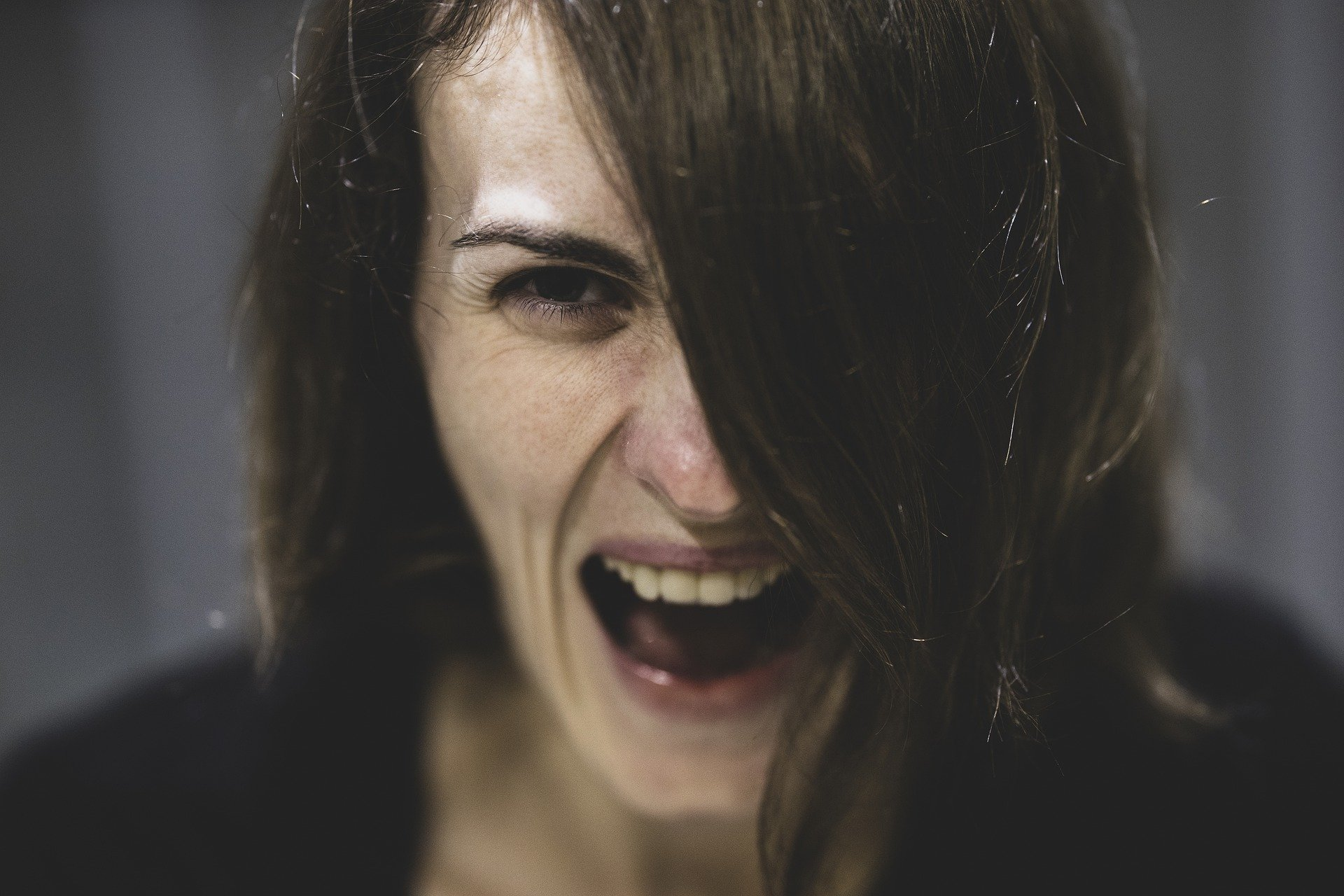 A headshot of a woman shouting with her mouth wide open   Photo: Pixabay/Engin Akyurt