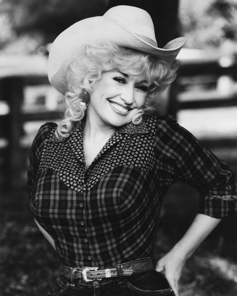 Dolly Parton in a black-and-white photo circa 1975 | Photo: Silver Screen Collection/Getty Images
