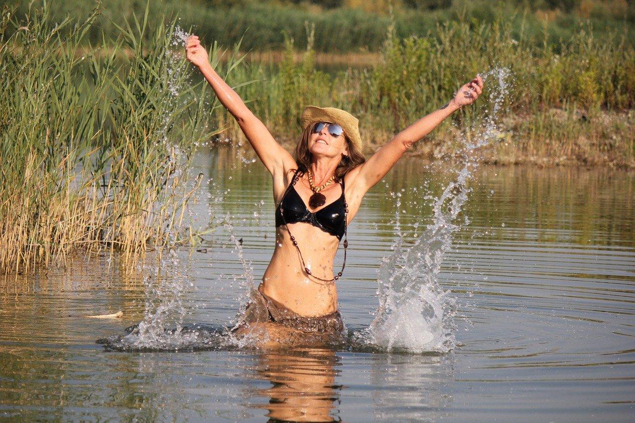 Une fille qui se baigne dans un lac. | Photo : Pixabay