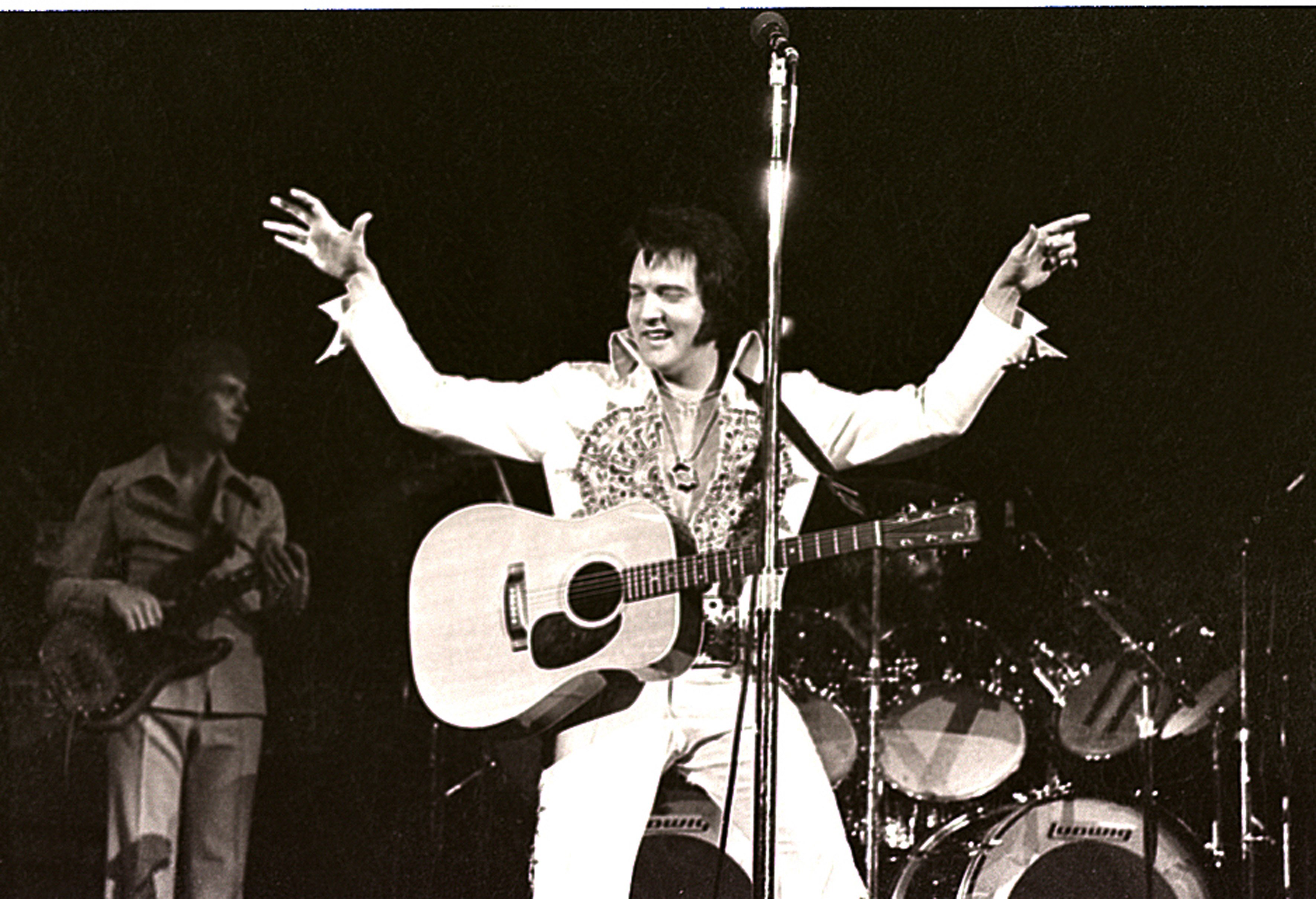 Music superstar and multi-Grammy awardee Elvis Presley during his 1977 performance in Milwaukee. | Photo: Getty Images