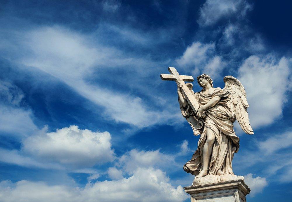 Estatua de un ángel sosteniendo una cruz.| Fuente: Shutterstock
