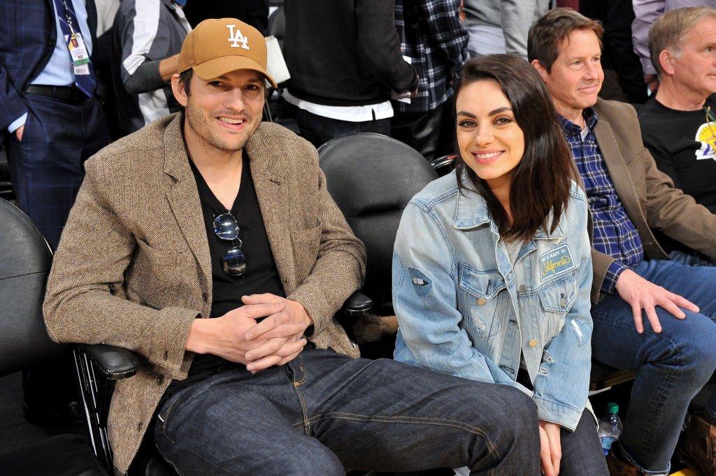 Ashton Kutcher et Mila Kunis assistent à une partie de basket   Photo: Getty Images
