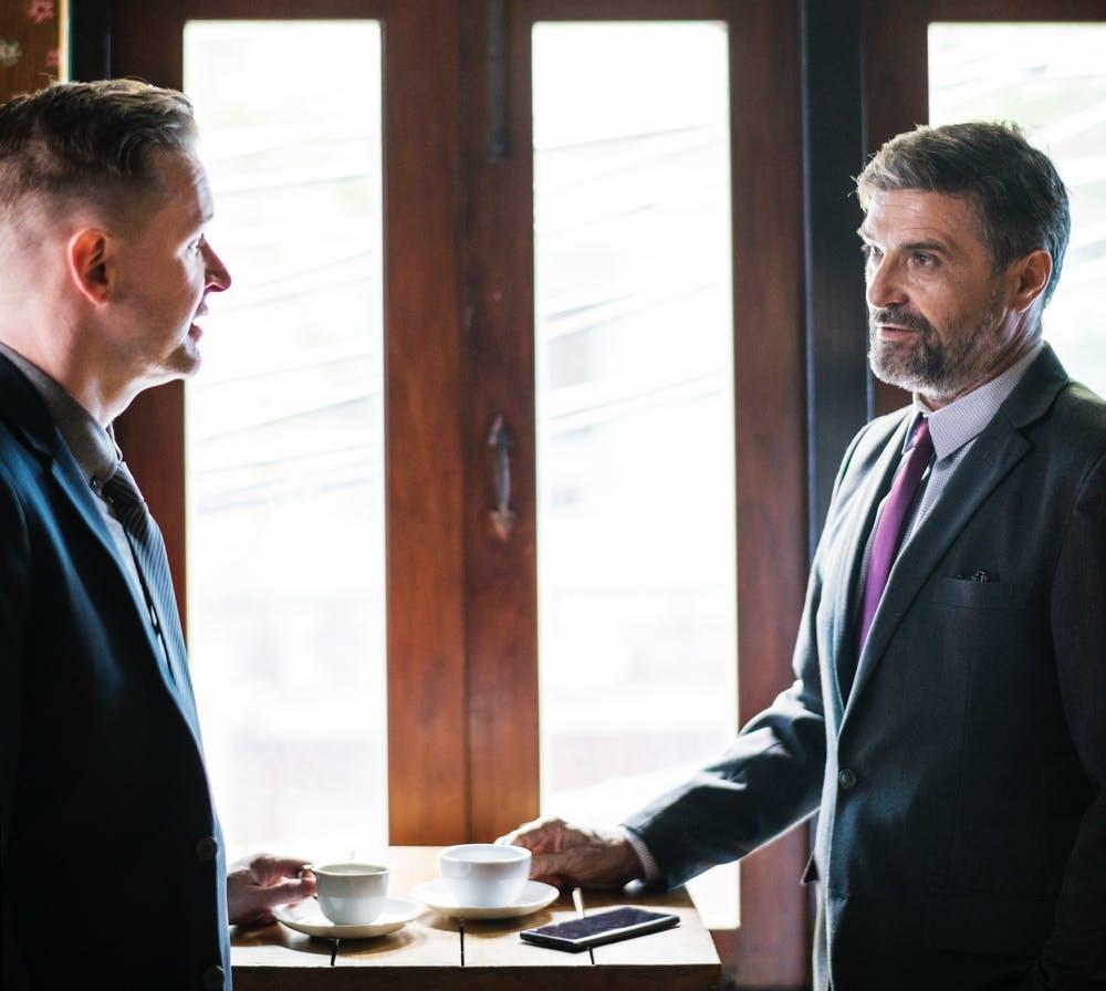 Deux hommes se parlent. | Photo: Pexels