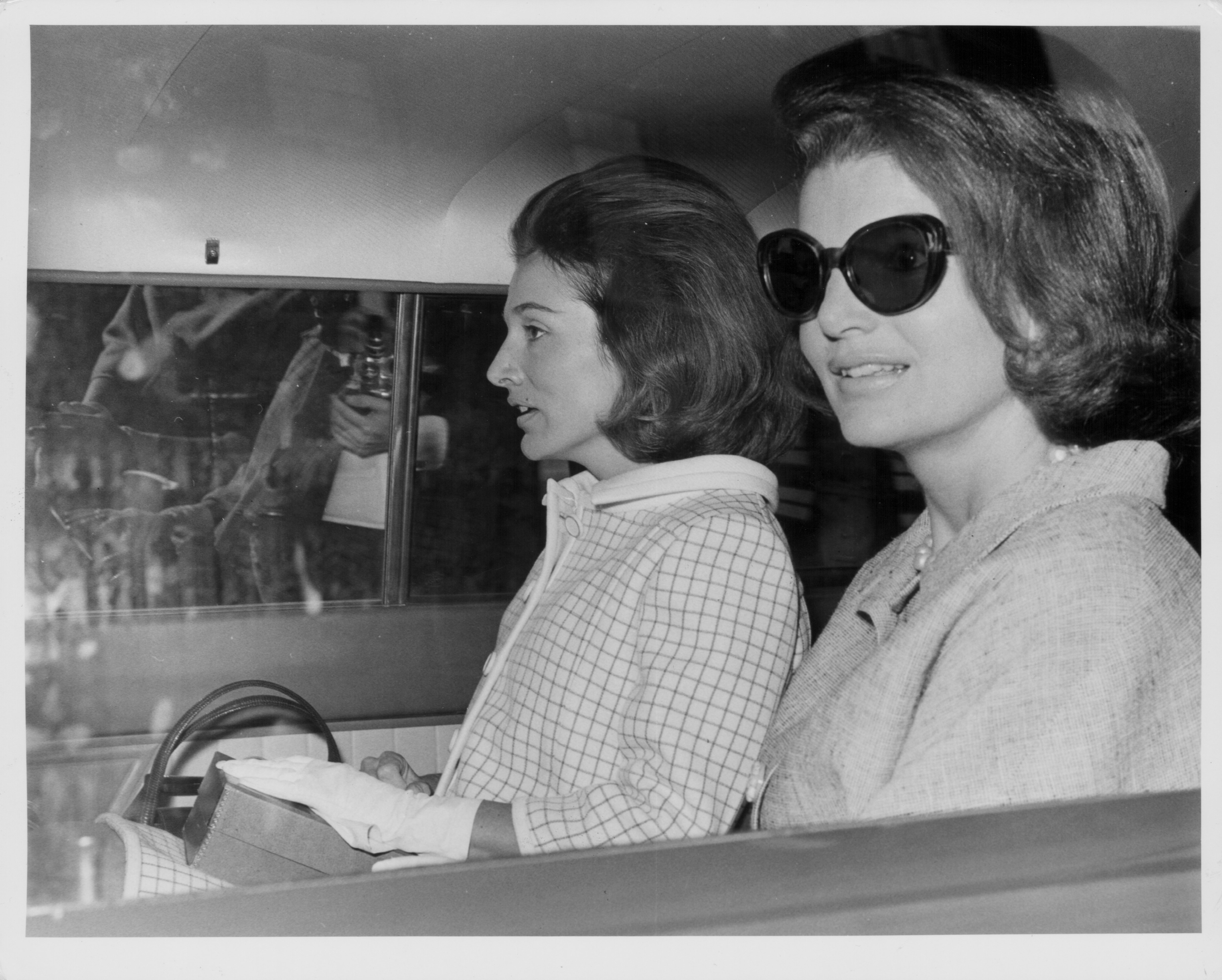 Lee Radziwill in a car with her sister Jaqueline Kennedy | Photo: Getty Images