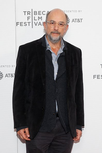 "Richard Schiff assiste à la projection de ""Safe Spaces"" au Village East Cinema à New York City. 