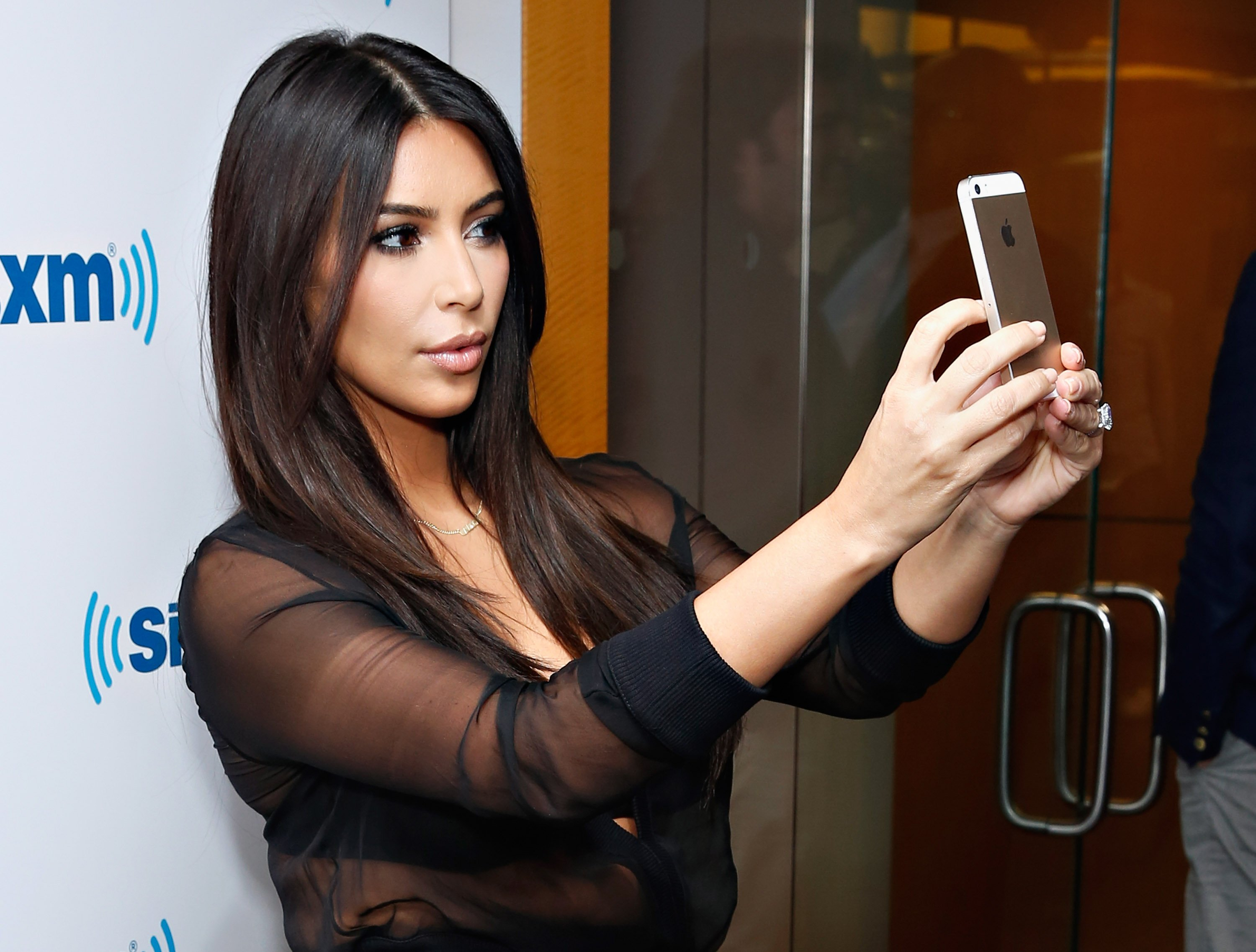 Kim Kardashian takes a selfie at the SiriusXM Studios on August 11, 2014. | Source: Getty Images