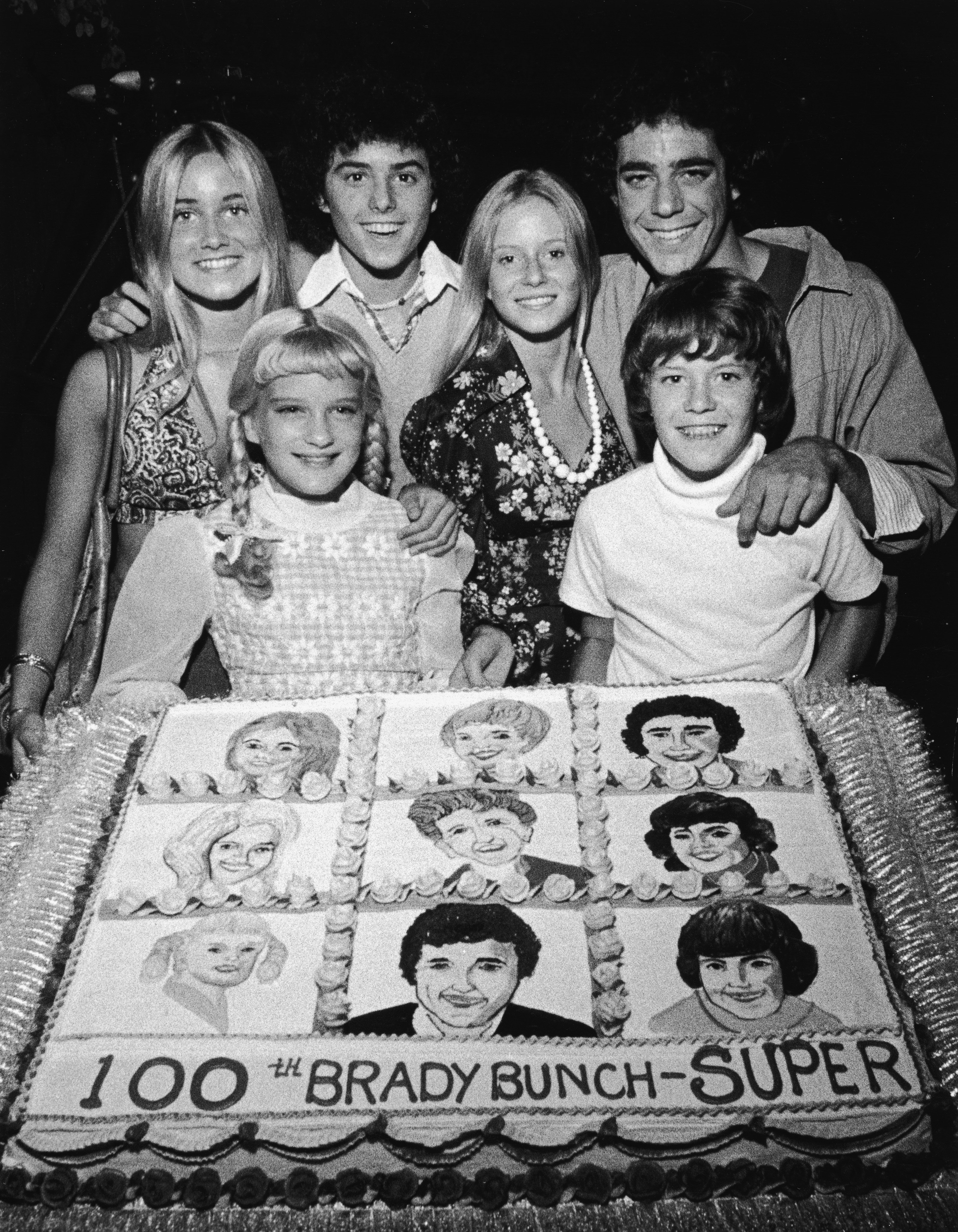 """Maureen McCormick, Susan Olsen, Christopher Knight, Eve Plumb, Barry Williams and Mike Lookinland pose with a cake in celebration of """"The Brady Bunch's"""" 100th episode   Photo: Getty Images"""