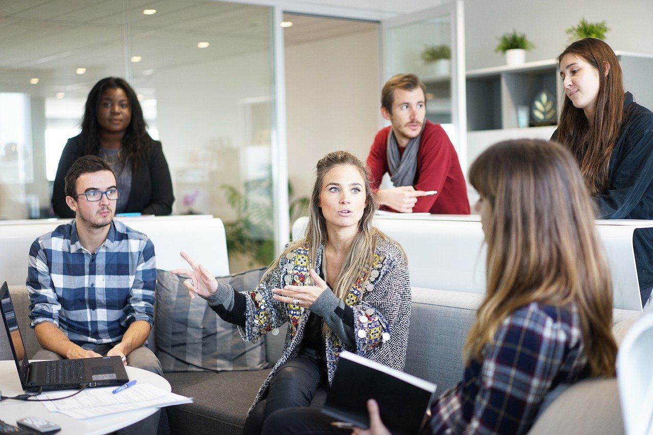 A group of people having a discussion in an office   Photo: Pixabay/Free-Photos