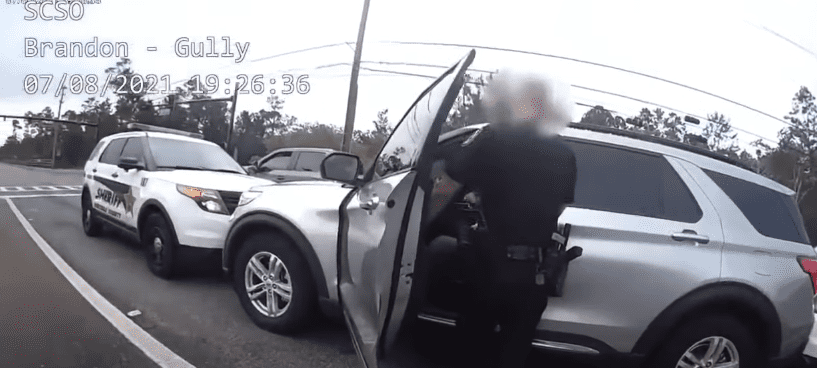 The officer exchanging words with Captain Kip Beacham at the intersection | Photo: Youtube.com/WESH 2 News