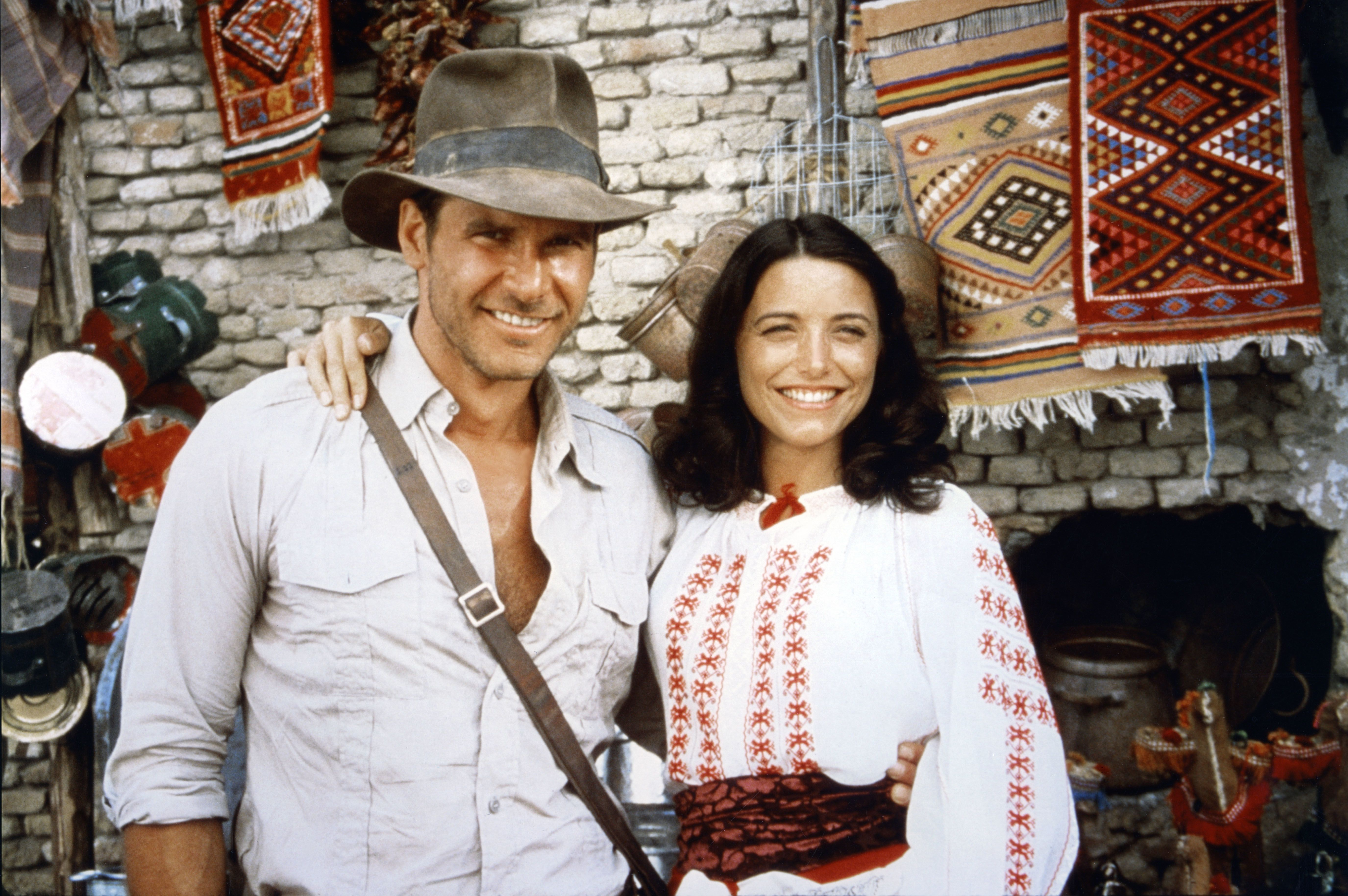 "L'acteur américain Harrison Ford et l'actrice Karen Allen sur le tournage de ""Raiders of the Lost Ark"". 