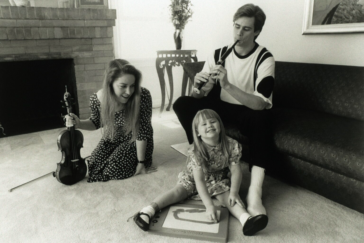 Jim Carrey having a great time with Melissa Womer and their daughter, Jane Carrey, in 1991. | Source: Getty Images