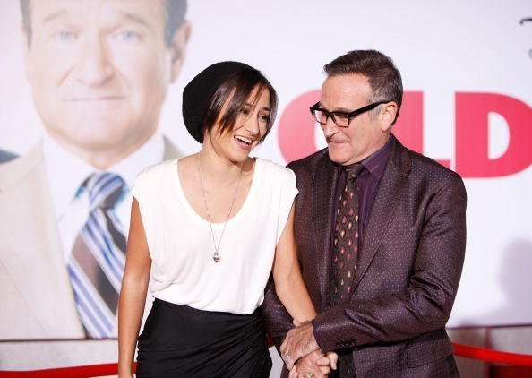 "Zelda Williams (gauche) et Robin Williams arrivent à la première de Los Angeles de ""Old Dogs"" qui s'est tenue au El Capitan Theatre le 9 novembre 2009 à Hollywood, Californie 