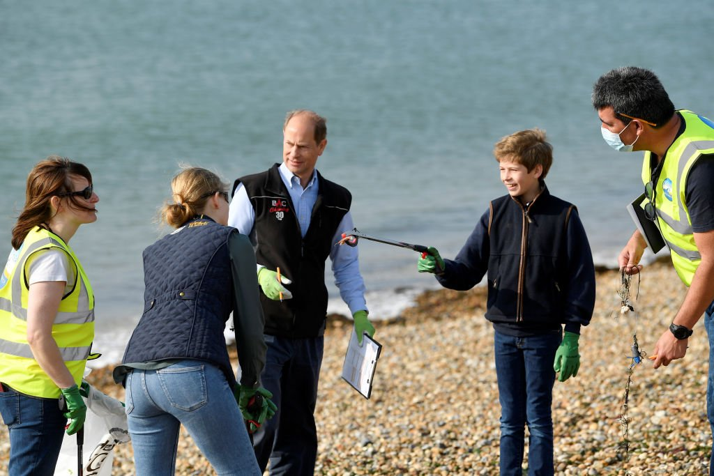 Prince Edward, Lady Louise and James participate in the Great British Beach Cleanup on September 20, 2020    Photo: Getty Images