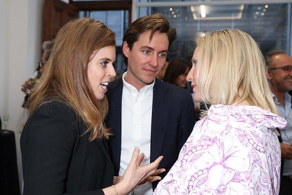 La princesse Béatrice d'York, Edoardo Mapelli Mozzi et Ruth Ganesh à l'exposition d'art animalier Art Show privé |Photo: Getty Images