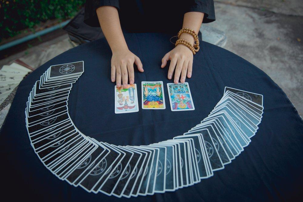 Pitonisa con las cartas del Tarot. | Fuente: Shutterstock
