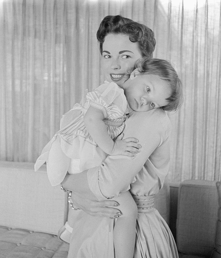 Shirely Temple cuddling Lori, June 1956 | Source: Getty Images