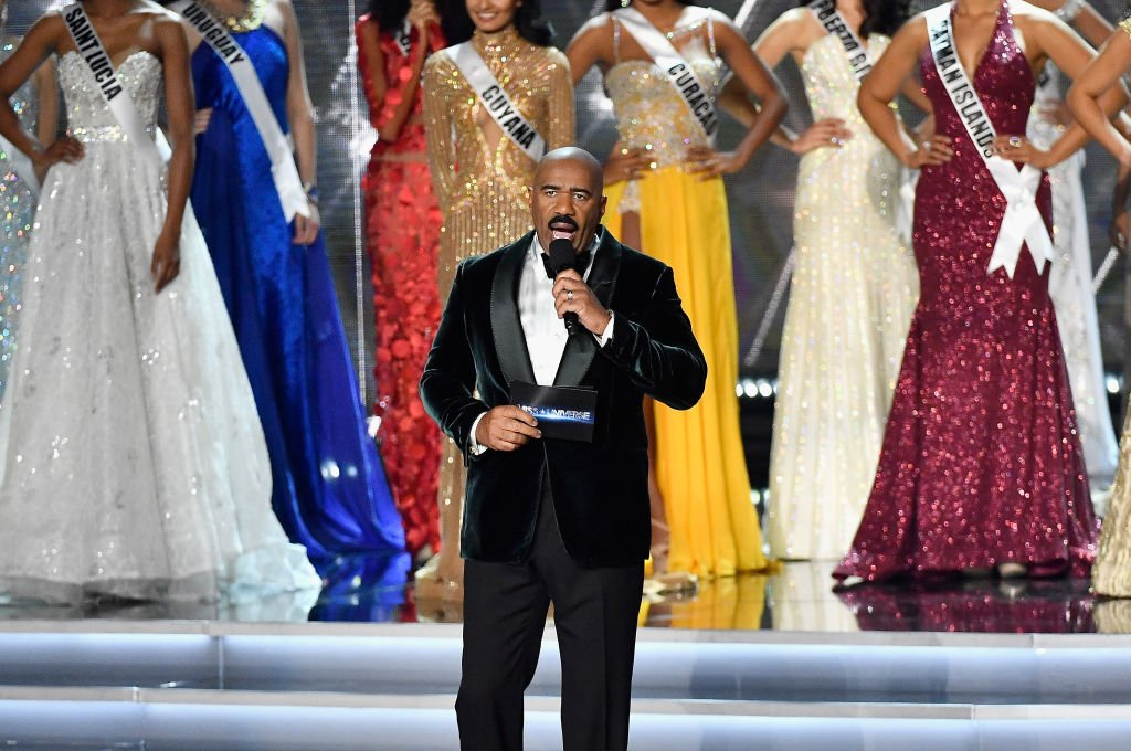 Steve Harvey hosting onstage during the Miss Universe 2017 in Las Vegas, Nevada. | Photo: Getty Images