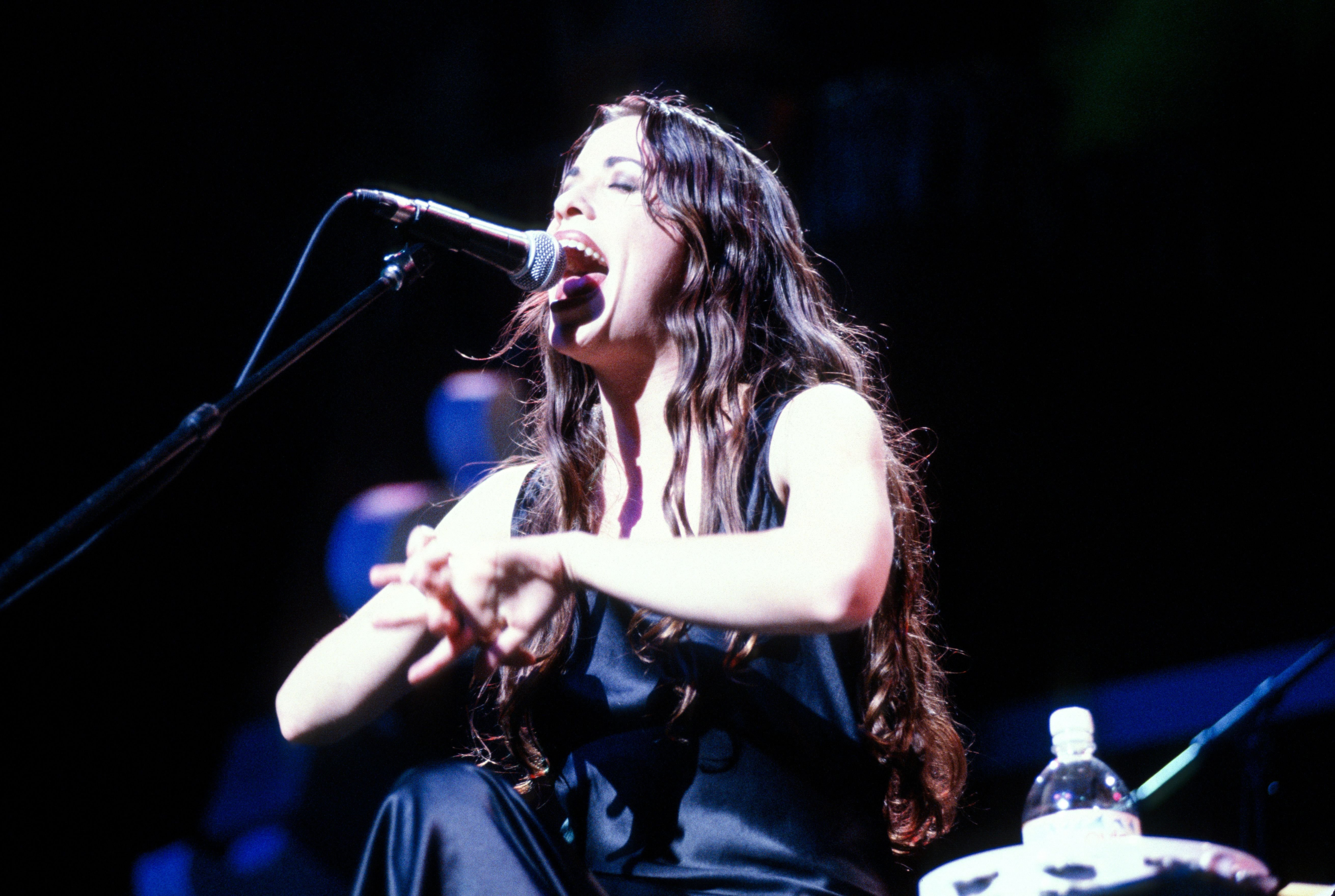 Singer/ songwriter Alanis Morissette onstage circa 1995 | Source: Getty Images