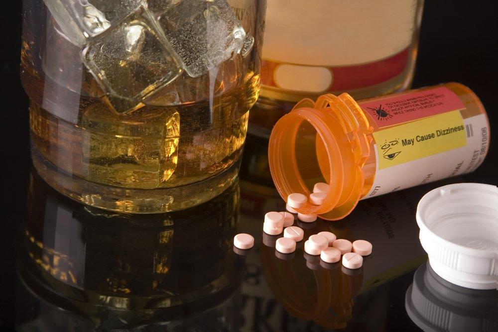 Image de drogues et d'un verre d'alcool sur une table. | Shutterstock