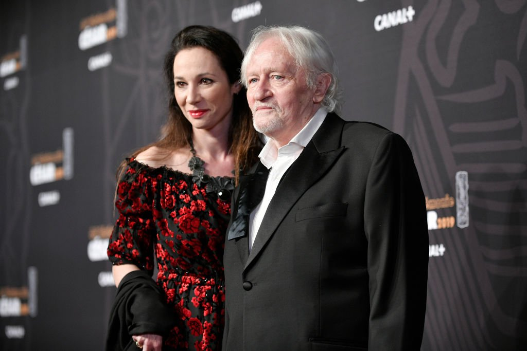 els Arestrup et sa compagne Isabelle Le Novel assistent aux César 2019 à la Salle Pleyel le 22 février 2019 à Paris, France. | Photo : Getty Images