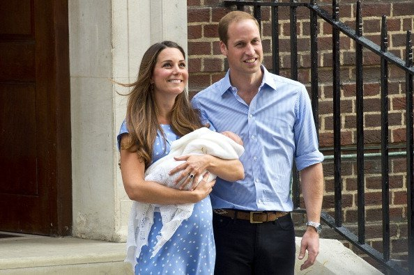 Kate and Prince William depart The Lindo Wing with their newborn son, Prince George at St Mary's Hospital on July 23, 2013, in London, England.| Source: Getty Images.