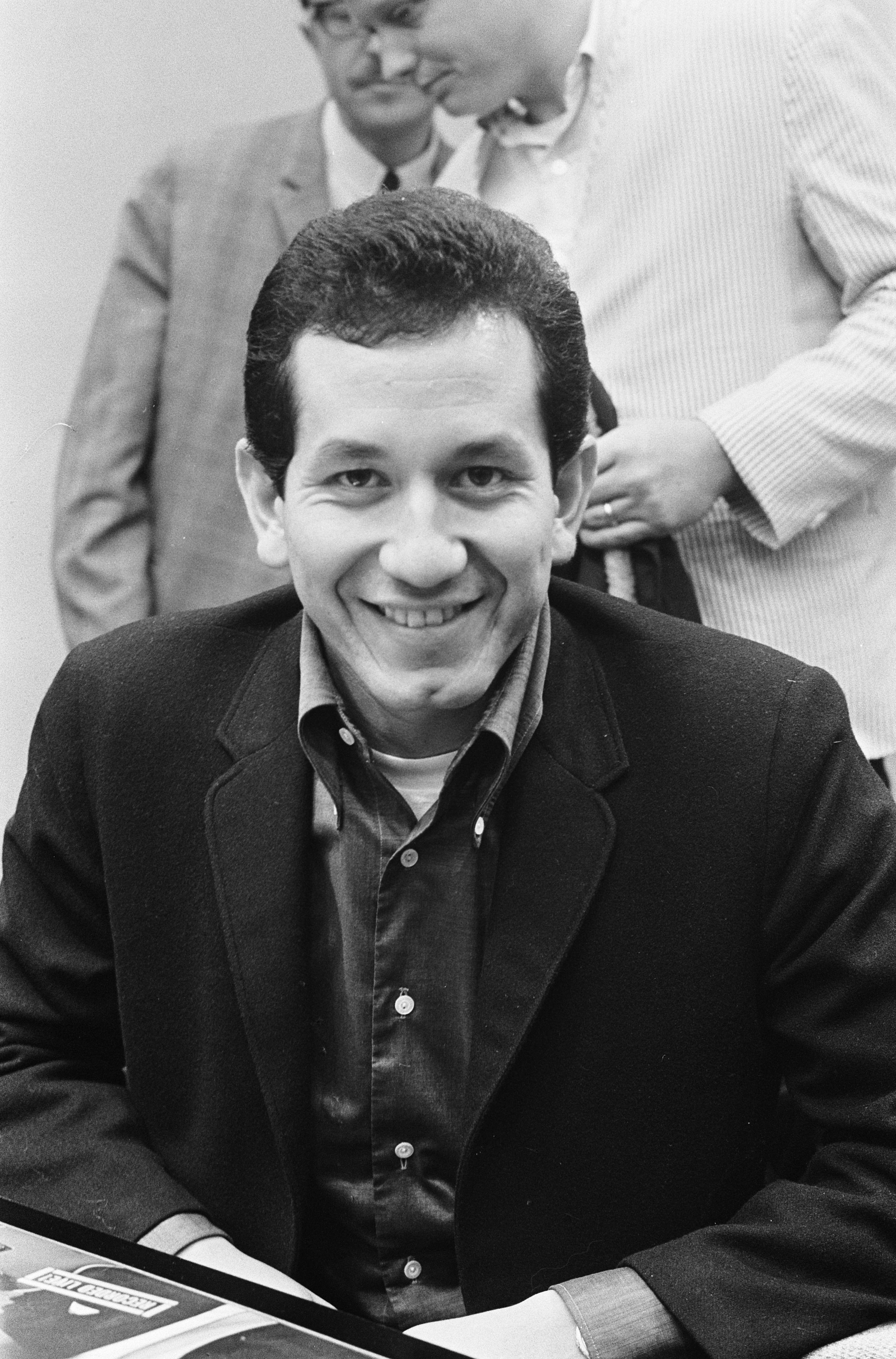 Trini Lopez at Schiphol to attend the Grand Gala du Disque. | Photo: Hugo van Gelderen , creator 915-6212, CC0 BY 1.0, Wikimedia Commons