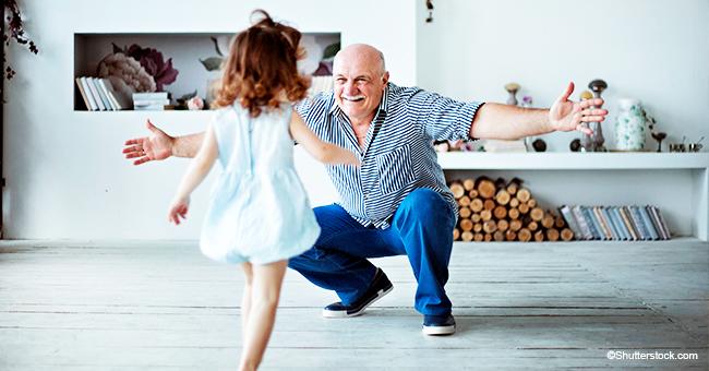 """Un grand-père adorable effectue """"Chicken Dance"""" avec sa petite-fille"""