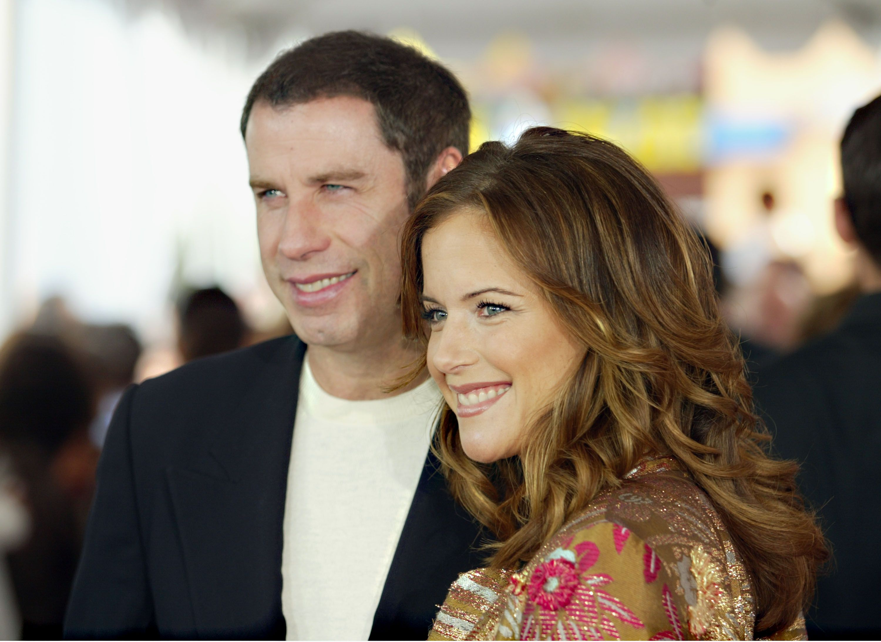 "John Travolta und seine verstorbene Frau Kelly Preston bei der Weltpremiere von ""Dr. Seuss' The Cat in the Hat"" in den Universal Studios am 8. November 2003 in Hollywood, Kalifornien 